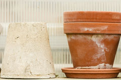 Cuencos de cerámica pasados de moda de los floreros de la arcilla Fotos de archivo libres de regalías