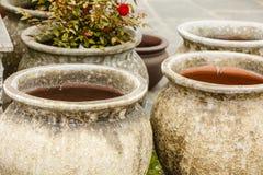 Cuencos de cerámica pasados de moda de los floreros de la arcilla Foto de archivo