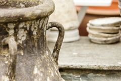 Cuencos de cerámica pasados de moda de los floreros de la arcilla Foto de archivo libre de regalías