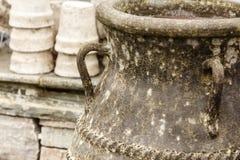 Cuencos de cerámica pasados de moda de los floreros de la arcilla Fotografía de archivo libre de regalías