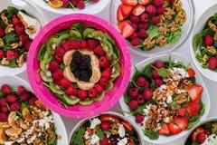 Cuencos de ensaladas frescas clasificadas con la fruta y las nueces Fotografía de archivo libre de regalías