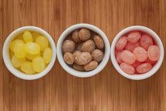 Cuencos de gotas coloridas del caramelo Imagenes de archivo