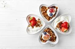 Cuencos de granola, de yogur y de bayas Imagen de archivo libre de regalías