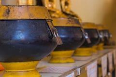 Cuencos de las limosnas del monje imágenes de archivo libres de regalías