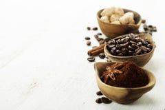 Cuencos de madera con café Imágenes de archivo libres de regalías