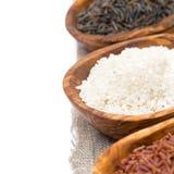 Cuencos de madera con el arroz crudo, foco selectivo, primer Foto de archivo libre de regalías