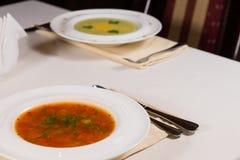 Cuencos de sopa en la tabla del restaurante Foto de archivo libre de regalías