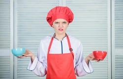 Cuencos del control del cocinero de la mujer Calcule la caloría de la cantidad usted que consume Calcule la porción normal de com fotos de archivo
