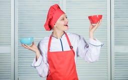 Cuencos del control del cocinero de la mujer Cuántas porciones usted quisieran comer Calcule la caloría de la cantidad usted que  fotos de archivo libres de regalías