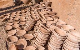 Cuencos hechos a mano de la arcilla apilados en las columnas, taller de la cerámica Imágenes de archivo libres de regalías