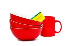 Cuencos, taza y esponja rojos fotos de archivo libres de regalías