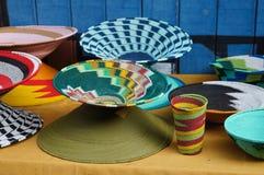 Cuencos y florero hechos a mano coloridos para la venta, Suráfrica Foto de archivo libre de regalías