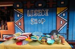 Cuencos y florero hechos a mano coloridos para la venta, Suráfrica Foto de archivo