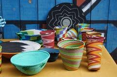 Cuencos y floreros hechos a mano coloridos para la venta, Suráfrica Imagen de archivo libre de regalías