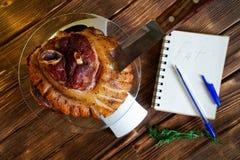 Cuenta de calor?as, de las prote?nas, de las grasas y de los carbohidratos en comida Nudillo frito del cerdo en una placa transpa imagen de archivo libre de regalías