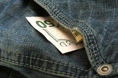 cuenta de dólar 50 en el bolsillo de mezclilla Imágenes de archivo libres de regalías