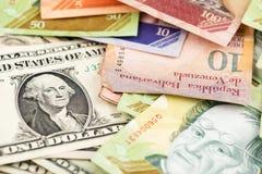 Cuenta de dólar americano contra el venezolano Bolivar foto de archivo libre de regalías