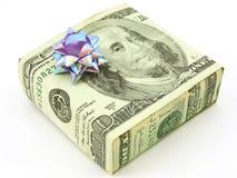 Cuenta de dólar del americano 100 envuelta alrededor del regalo Foto de archivo libre de regalías