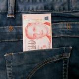 Cuenta de dinero de Singapur en bolsillo de la mezclilla fotos de archivo libres de regalías