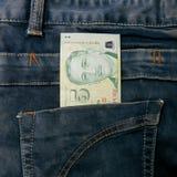 Cuenta de dinero de Singapur en bolsillo de la mezclilla imágenes de archivo libres de regalías