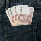 Cuenta de dinero de Tailandia en bolsillo de la mezclilla fotos de archivo