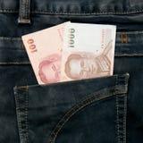 Cuenta de dinero de Tailandia en bolsillo de la mezclilla fotografía de archivo libre de regalías
