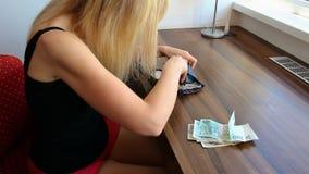 Cuenta de la mujer joven y bastante havent dinero almacen de video