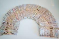 Cuenta de las manos del dinero del baht tailandés de los thousansds Cierre encima del billete de banco tailandés de cuenta humano fotos de archivo
