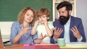 Cuenta de los fingeres en escuela Familia alegre que juega con el sistema para la creatividad Ni?os de la escuela Primer d?a en l almacen de video