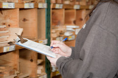 Cuenta de productos del inventario en un almacén de maderas imagen de archivo