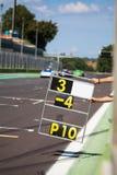 Cuenta de revestimientos en la pista durante la raza de supercars fotos de archivo