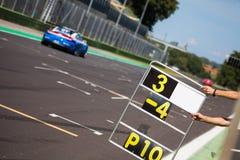Cuenta de revestimientos en la pista durante la raza de supercars fotos de archivo libres de regalías