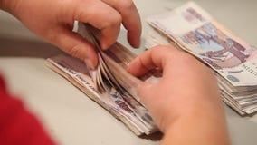 Cuenta de tacos del dinero con sus manos metrajes
