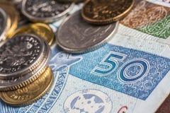 cuenta de 50 zloty con el pequeño cambio en él Imágenes de archivo libres de regalías