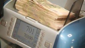 Cuenta del dinero en la máquina de cuenta Rublos rusas almacen de metraje de vídeo