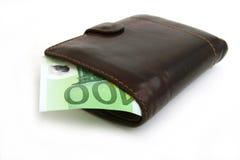 cuenta del euro 100 en el monedero marrón de cuero Fotos de archivo libres de regalías