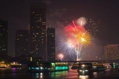 Cuenta descendiente 2014 del fuego artificial en la opinión Bangkok Tailandia del río del chaopraya Foto de archivo libre de regalías