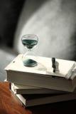 Cuenta descendiente del reloj de arena con libros y una pluma Fotos de archivo libres de regalías