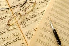 Cuenta, manuscrito y pluma viejos de la música Imagen de archivo libre de regalías