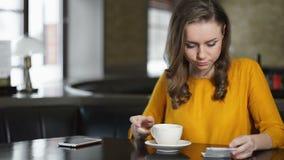 Cuenta que paga de la mujer joven en la cafeter?a, volviendo al trabajo despu?s de descanso para tomar caf? metrajes