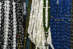Cuentas de cristal y gotas coloridas del rosario en el contador Foto de archivo libre de regalías