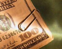 Cuentas de dólar con el Paperclip Fotos de archivo libres de regalías