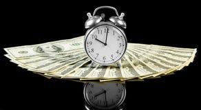 Cuentas de dinero del dólar con el reloj Imagen de archivo libre de regalías