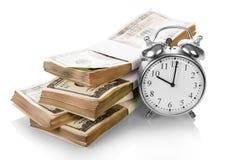 Cuentas de dinero del dólar con el reloj Foto de archivo