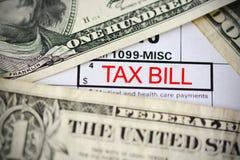 Cuentas de dólar de EE. UU. en el recibo de la contribución que sugiere el pago de impuestos Imágenes de archivo libres de regalías