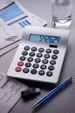 Cuentas de la calculadora a pagar Foto de archivo libre de regalías