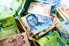 Cuentas de moneda del baht tailandés del dinero, rey de Tailandia en billete de banco Foto de archivo libre de regalías