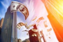 Cuentas del dinero que caen $100 Imágenes de archivo libres de regalías