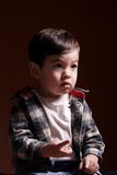 Cuentas del muchacho con sus dedos. Fotografía de archivo