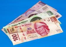 Cuentas del Peso mexicano sobre lona azul Imagen de archivo libre de regalías